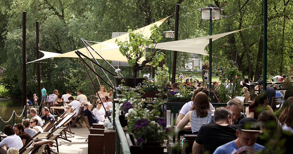 Bar und Café Strand22 am Saaleufer in Jena mit Außenbestuhlung und vielen Gästen