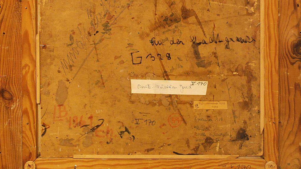 Rückseite eines Gemäldes mit verschiedenen Beschriftungen und Aufklebern