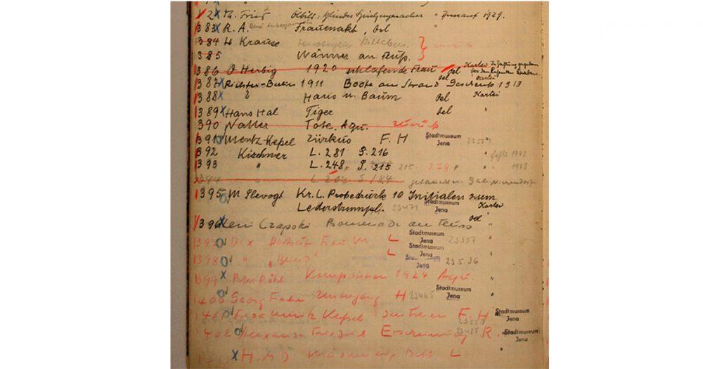 Seite aus einem Inventarbuch des Jenaer Kunstvereins mit verschiedenen handschriftlichen Eintragungen, Streichungen und Stempeln