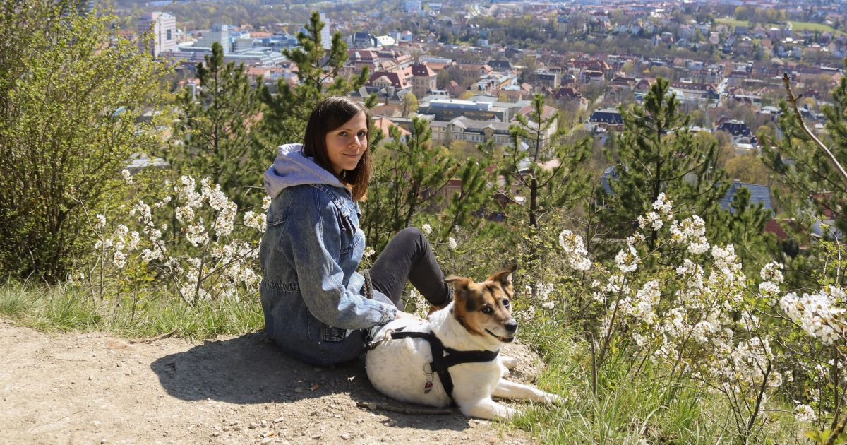 Kathrin Schulz mit ihrem Hund Kira auf Jenas Bergen