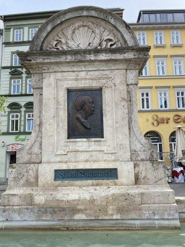 Detailansicht Bismarckbrunnen Jena mit Plakette und Inschrift