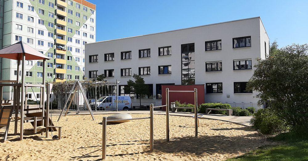 Die Rückseite der Stadtteilbibliothek mit Spielplatz im Vodergrund