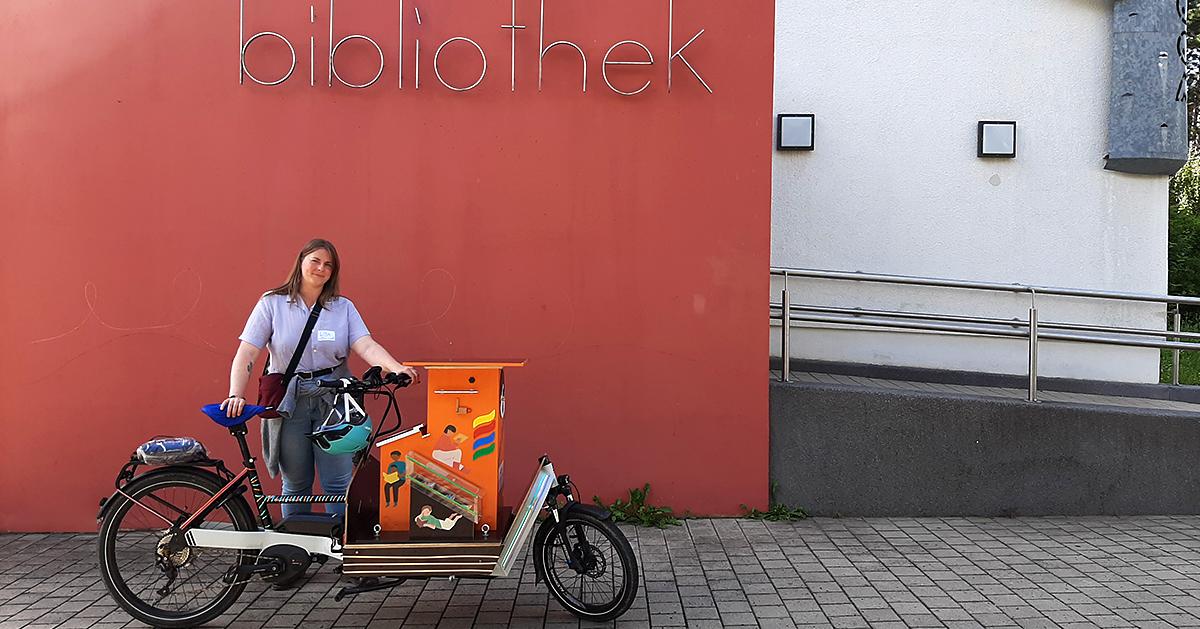 Das neue Bibo-Bike der EAB Jena vor der Stadtteilbibliothek in Jena