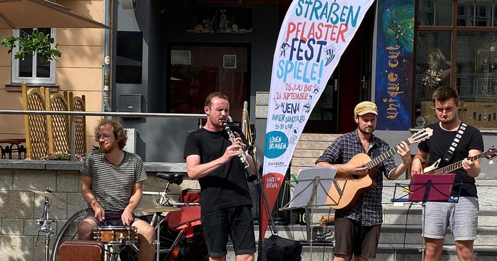 Musiker spielen auf dem Johannisplatz bei den Straßenpflasterfestsspielen