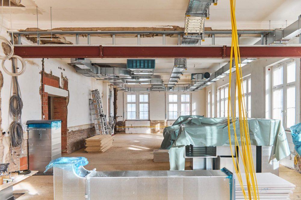 Baustellenansicht im Volkshaus Jena, mit offener Decke und heraushängenden Kabeln