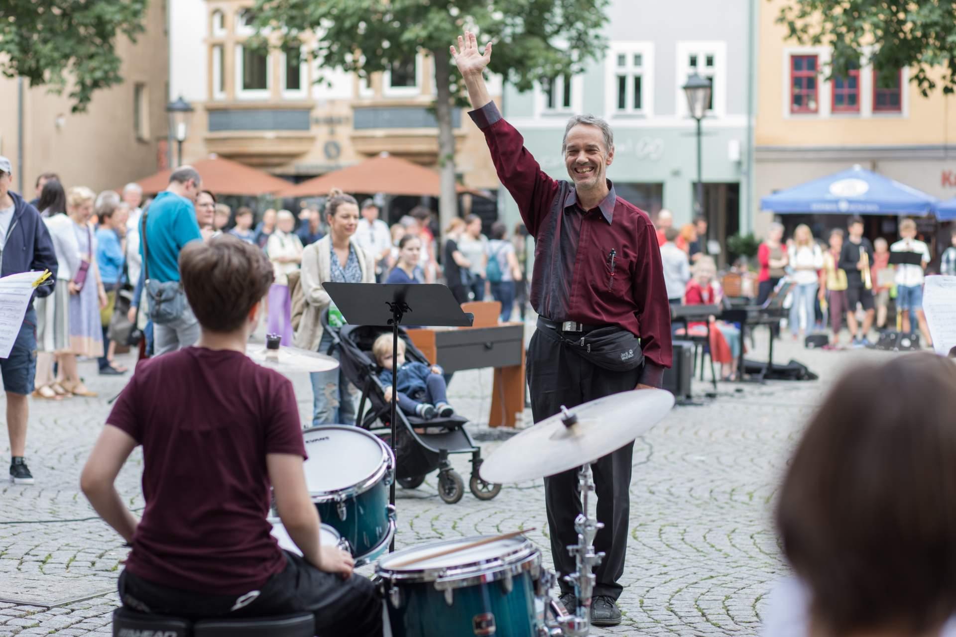 MKS Flashmob Nahansicht mit Schüler und Lehrer auf dem Marktplatz in Jena