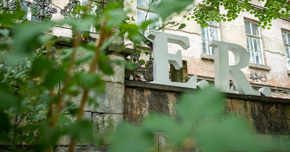 """24.09.2020 Jena: Denkmaleinweihung zu """"E.R. – Portrait eines Vergessenen."""" - eine performative Spurensuche zu Eduard Rosenthal, inszeniert von Anke Heelemann. Foto: Thomas Müller"""