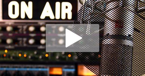 """Radiostation mit Mikrofon und """"On Air"""" Leuchtschrift, darüber ein Play-Symbol auf halbtransparentem Grund"""