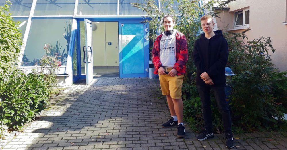 Jovan Schwabe und Jonas Hielscher vor dem LISA
