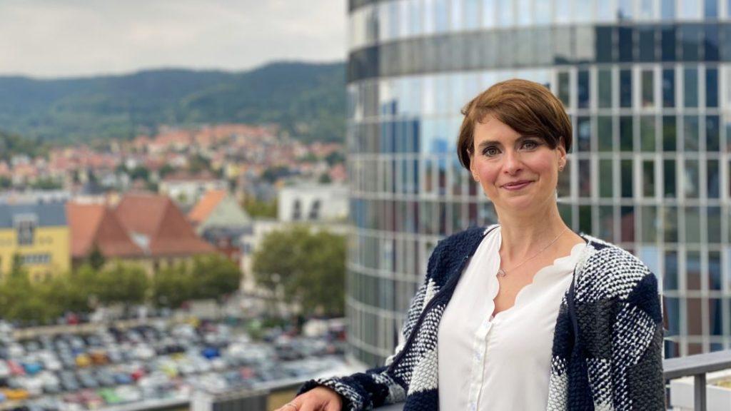Annett Försterling mit JenTower im Hintergrund