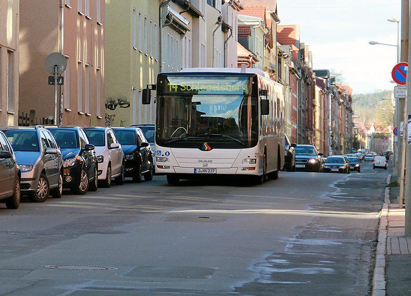Ein Bus der Line 14 fährt durch die Lutherstraße. Dahinter eine Schlange mit Autos.