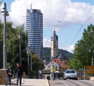 Blick von der Camsdorfer Brücke mit Fußgängern, Straßenbahn, Fahrrad und ÖPNV