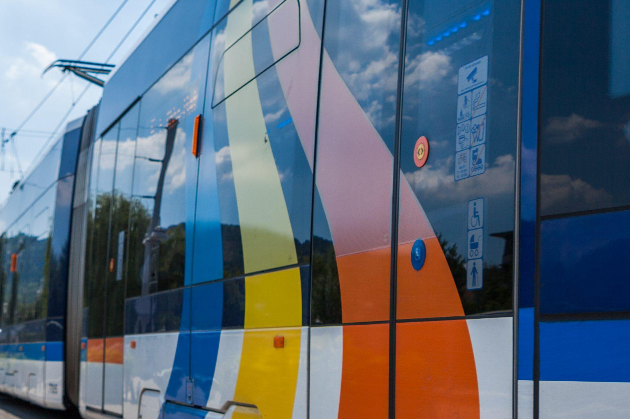 Straßenbahn fährt über eine Brücke in Jena