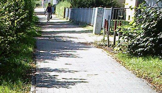 Man sieht den Übergang des Gehwegs Kahlaische Straße vom Sanierungsgebiet in den beitragspflichtigen Bereich