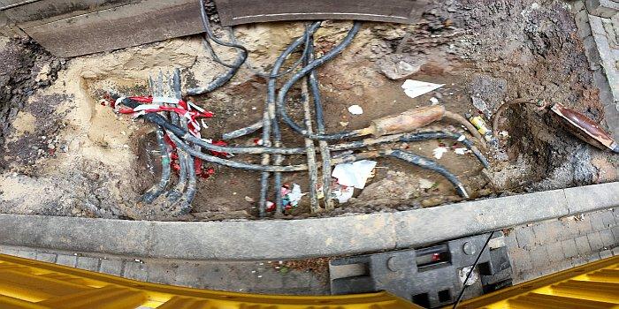 Kabelgewirr im unterirdischen Bauraum einer Straße - Symbolfoto © Stadt Jena KSJ