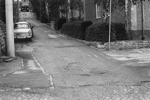 Zustand einer Straße in Jena im Jahre 1991 - Foto © Stadt Jena KSJ