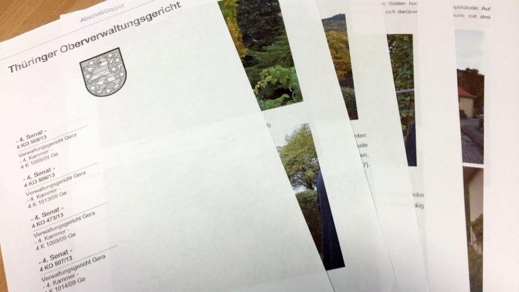 Aufgefächerte Seiten eines Urteils. Vorn zu lesen: Thüringer Oberverwaltungsgericht. Darunter ein Wappen und die Aufzählung der Aktenzeichen.