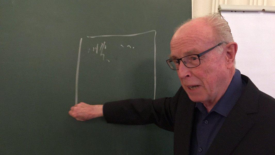 Prof. Dr. Hans-Joachim Driehaus erklärt einen Sachverhalt