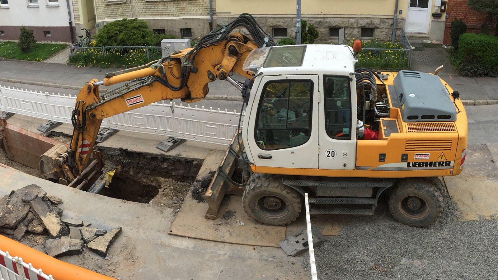 Straßenbauarbeiten mit Bagger