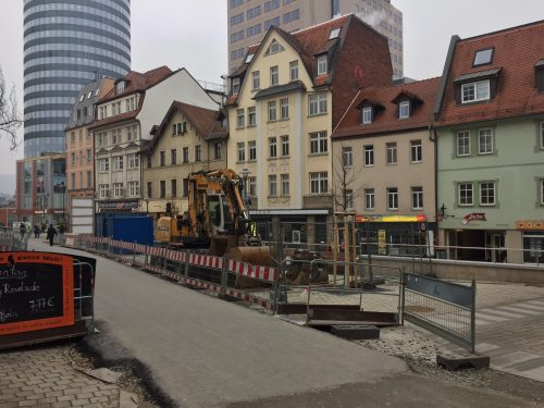 Baustelle Johannisplatz von der Wagnergasse aus fotografiert. Zu sehen ist ein Baufahrzeug und Absperrung.