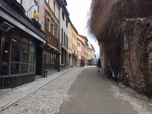 Ein Foto der Wagnergasse, am linken Bildrand ist das Cafe Stilbruch zu sehen.