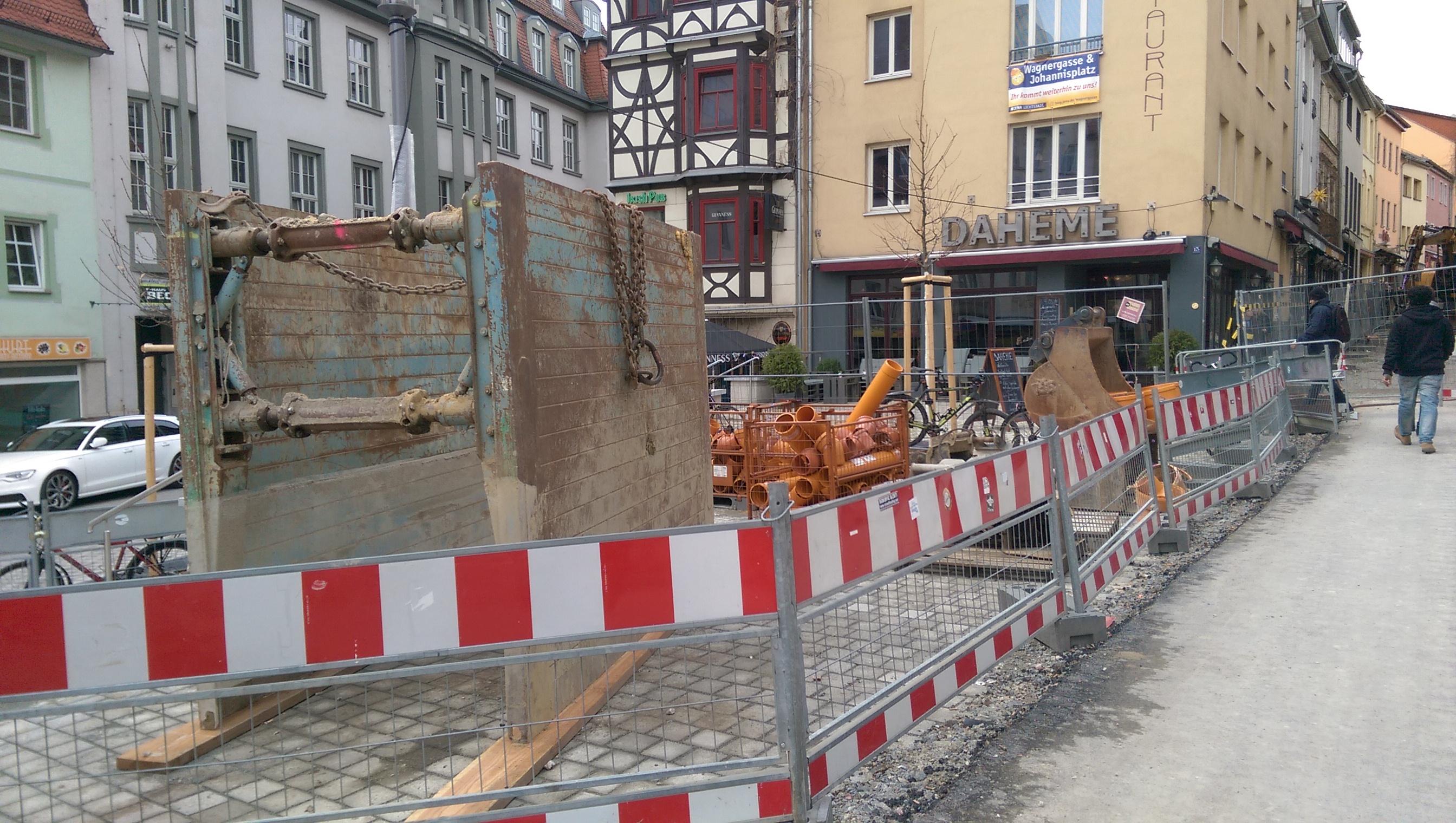 """Die Gaststätte """"Daheme"""" mit Absperrungen auf dem Vorplatz und Baugerät."""