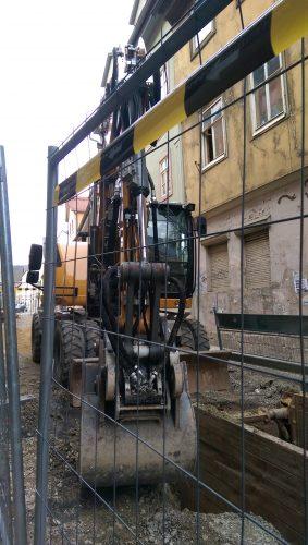 Baufahrzeug in der Wagnergasse bei Tiefbauarbeiten