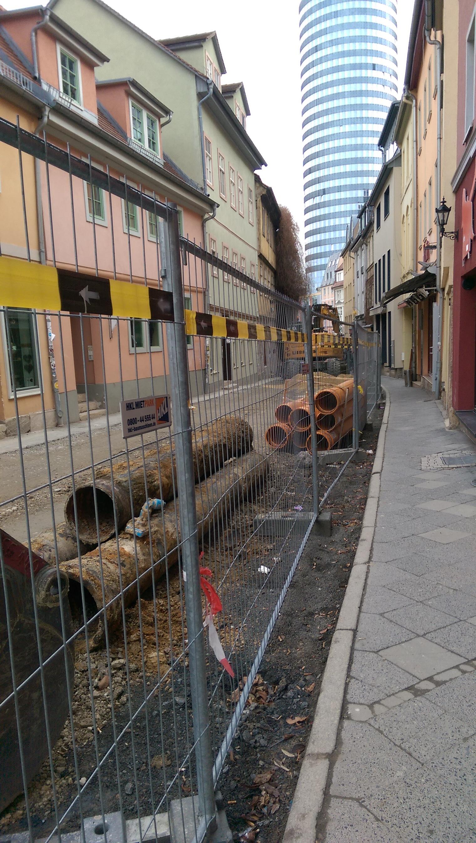 Wagnergasse, Blick Richtung Turm, Gehweg und Baustelle mit Absperrung