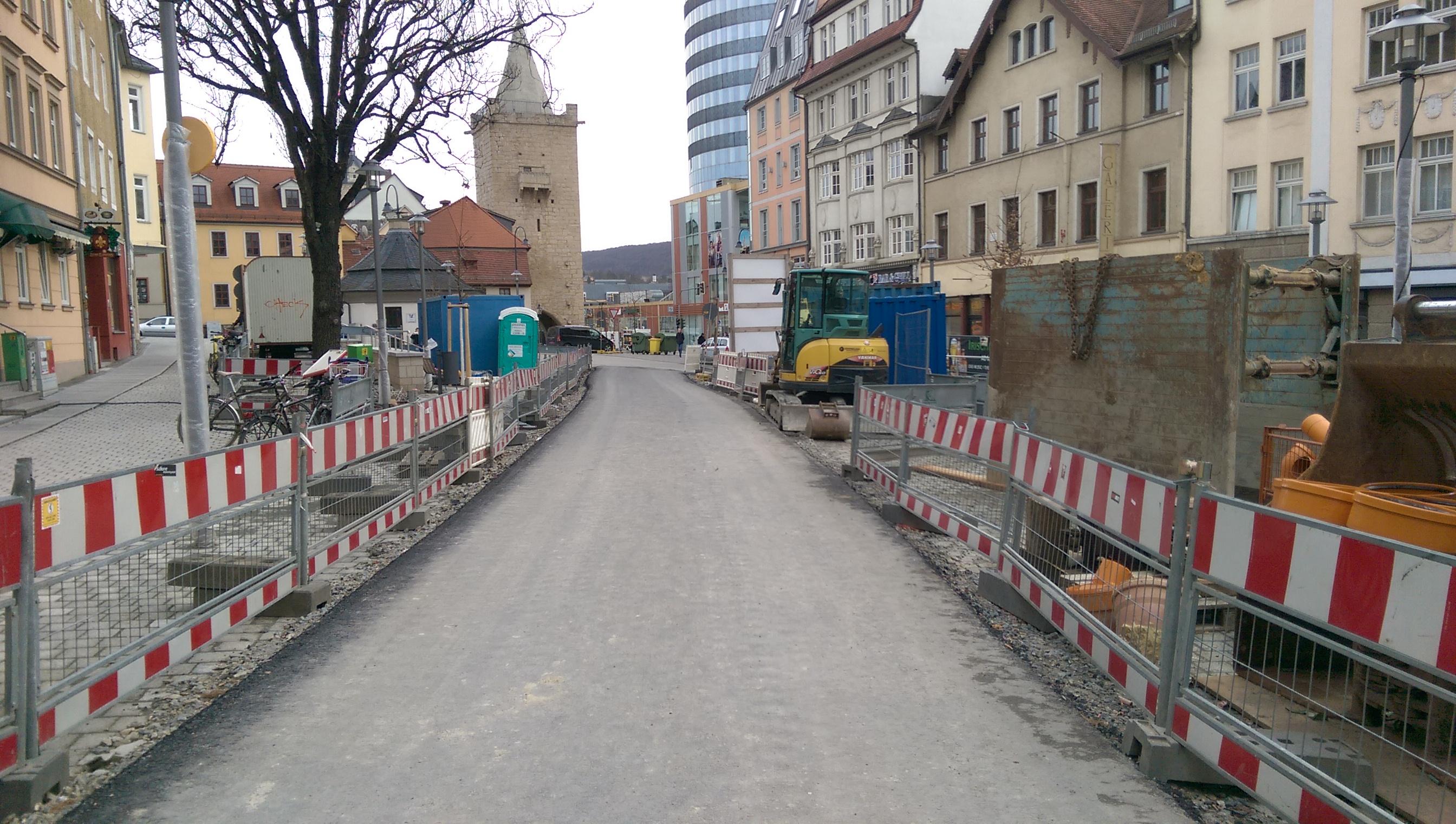 Wagnergasse/Johannisplatz, Blick Richtung Turm, in der Mitte asphaltierte Behelfsstraße, rechts und links Absperrungen